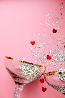 星型の紙吹雪がはねたレトロなシャンパングラス2杯。明けましておめでとうございます、メリークリスマス。