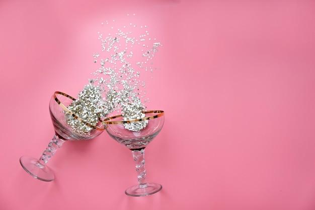 星型の紙吹雪がはねたレトロなシャンパングラス2杯。