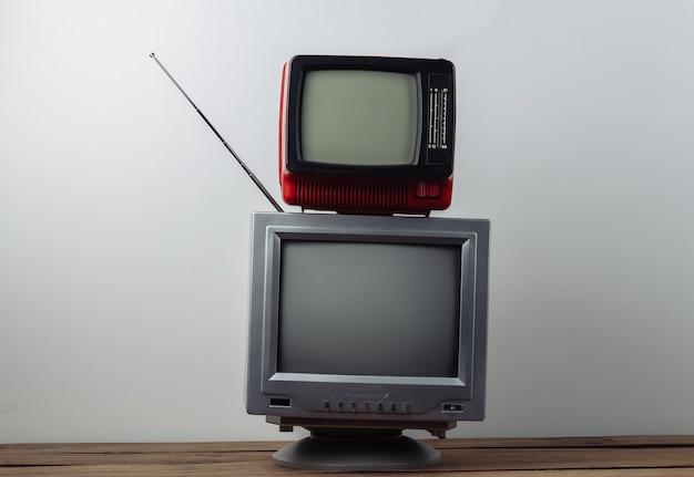 Два ретро старомодных портативных телевизора на белом фоне. ретро медиа