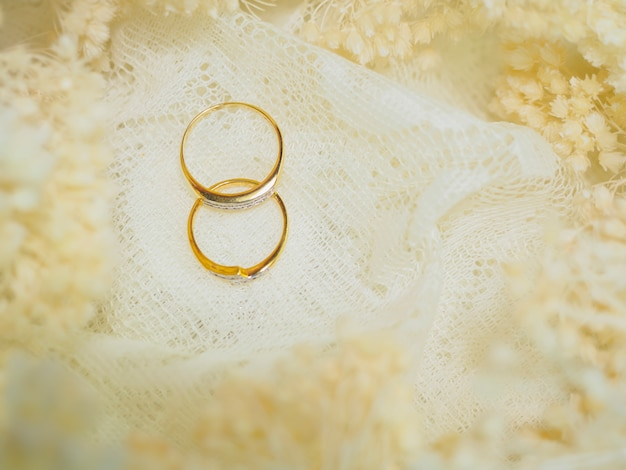 Два кольца с розовым цветком для свадьбы