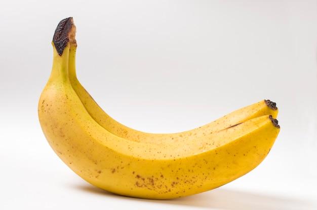 Два спелых банана на белом