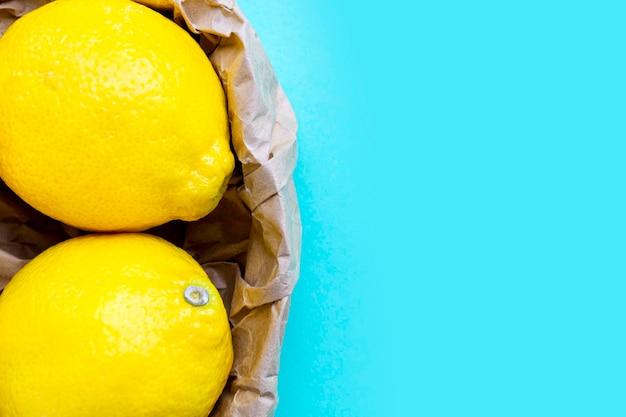 紙袋のリサイクルで2つの熟したレモン