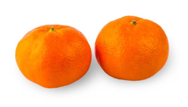 2つの熟したマンダリンのクローズアップ。タンジェリンオレンジ。