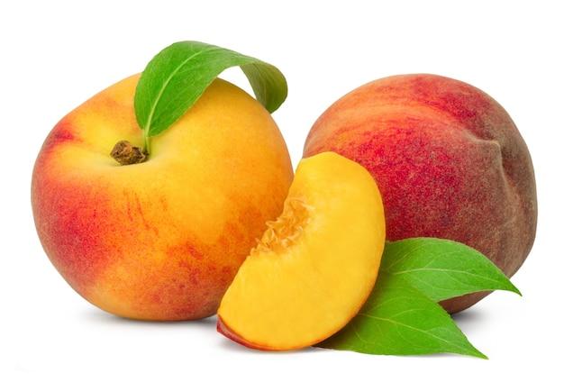 2つの熟した桃と桃のスライスが分離されました