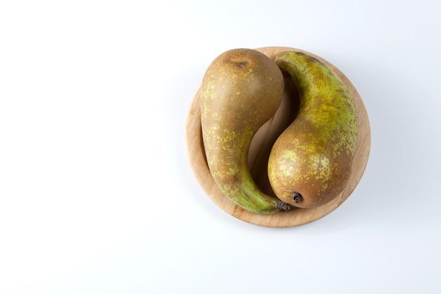 陰陽のシンボルの形をした2つの熟した梨。スペースをコピーします。