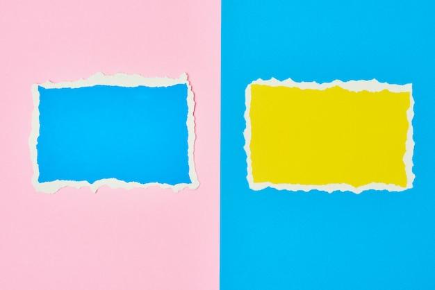 Два рваных бумажных рваных листа на синем и розовом фоне