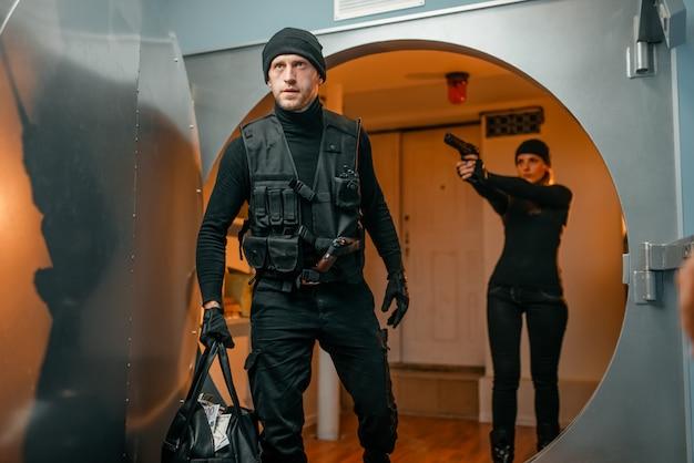 Два грабителя выясняют отношения во время преступления