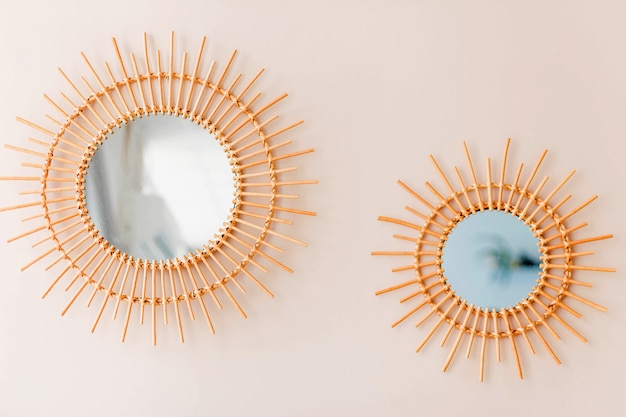 둥근 벽에 장식으로 두 개의 둥근 거울이 걸려 있습니다. 가로 사진