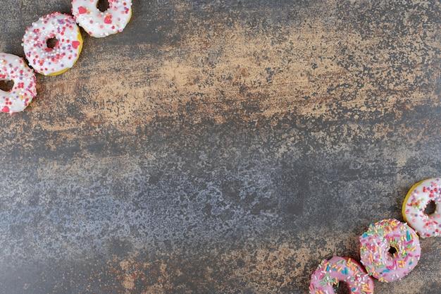 木の表面に一口サイズのドーナツが2列