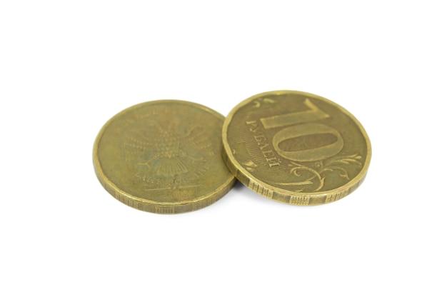 白い表面に分離された10ルーブルの2つのロシアのコイン
