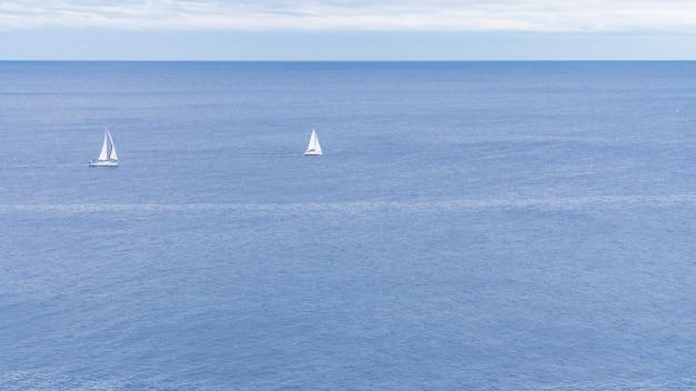 Две парусные лодки в средиземном море на побережье коста брава, испания.