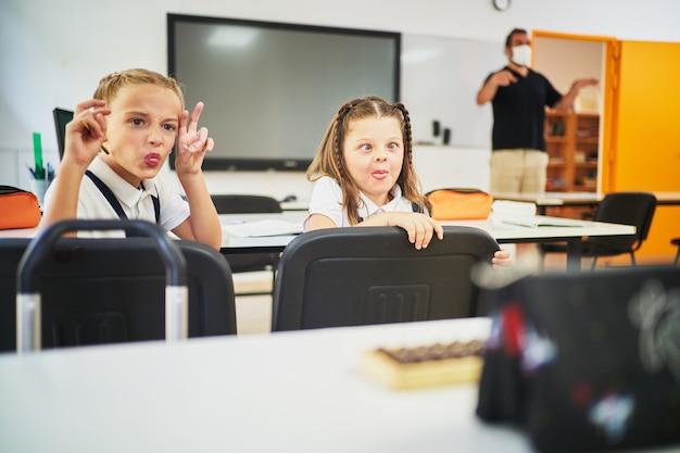 수업 중 학교 친구들을 조롱하는 두 여학생