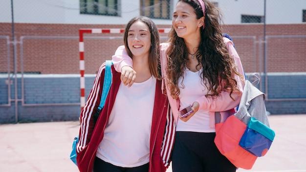 Due ragazze scolastiche in scuola