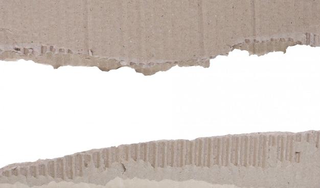 引き裂かれた段ボール背景の2つのスクラップ