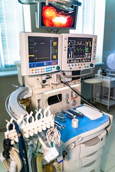 手術室の2つのスクリーン。医療機器。インテリア病院のデザインコンセプト。現代のクリニックの手術室の内部、テストのクローズアップでモニター