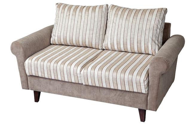 ストライプ素材の枕が付いたファブリックで装飾された2人掛けのモダンなソファ。白い背景にクリッピングパスがあります。