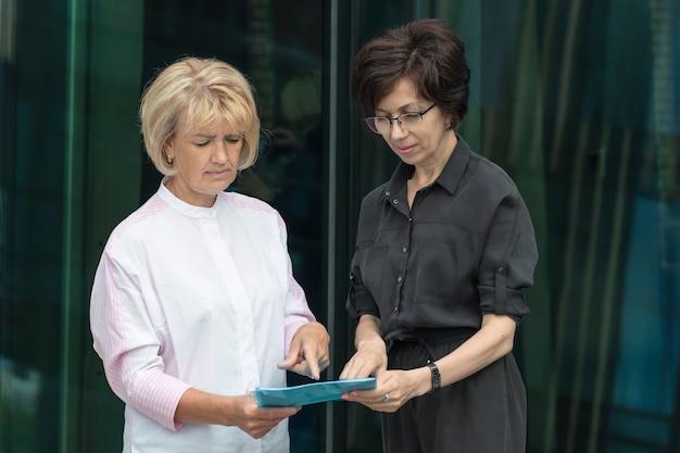 Две старшие женщины-предприниматели работают с документами