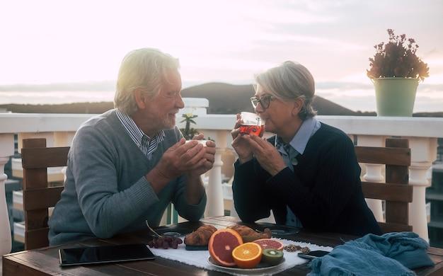 산의 새벽 배경 테라스에서 아침 식사를 즐기는 두 노인