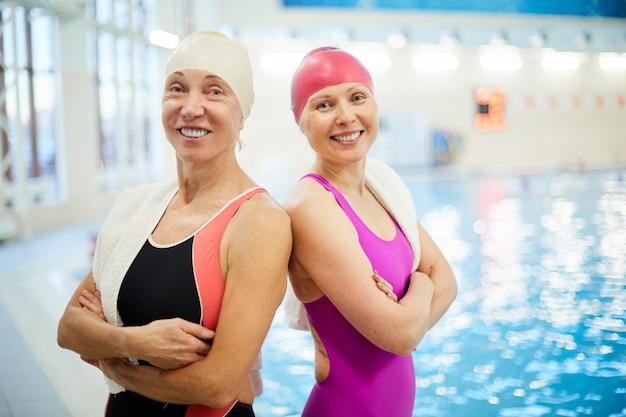 スイミングプールで2つの年配の女性