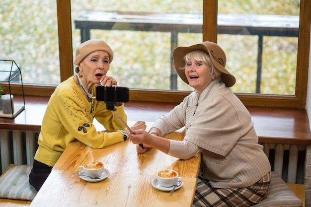 自撮りをしている2人の年配の女性