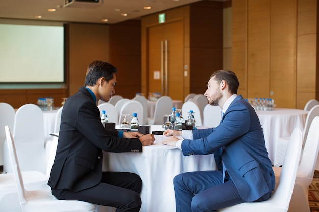Два серьезных взрослых бизнесмена обсуждают проблему