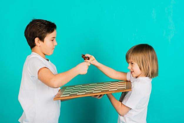 스튜디오, 파란색 배경에서 체스 두 심각한 소년