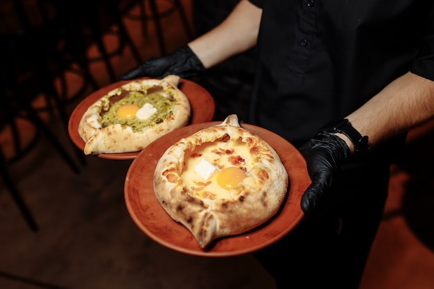 チーズとバターを使ったやわらかい柔らかい生地のハチャプリ2皿。