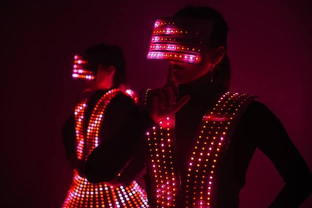 두 명의 섹시한 디스코 댄서가 uv 의상을 입고 움직입니다.