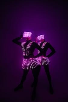 2人のセクシーなディスコダンサーがuv衣装で動きます