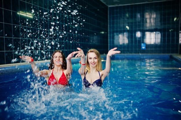 Две сексуальные девушки в купальниках, отдыхать в сауне бассейн.
