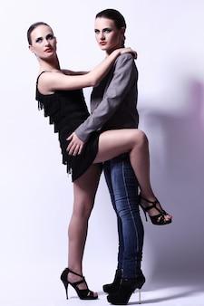 Una posa sexy di due donne