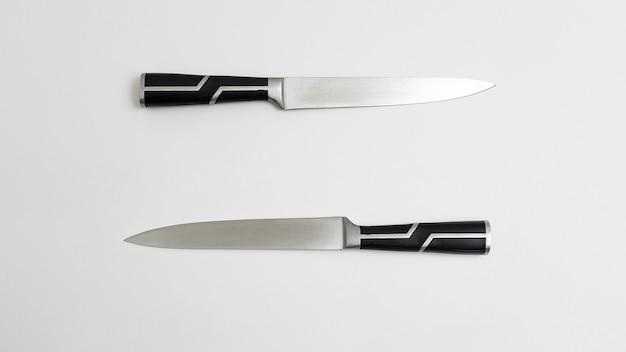 검은 손잡이와 두 개의 날카로운 부엌 칼. 흰색 배경 flatlay. 평면도