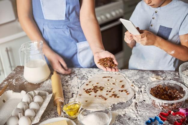 가족 레시피에 따라 쿠키 반죽을 만드는 두 형제