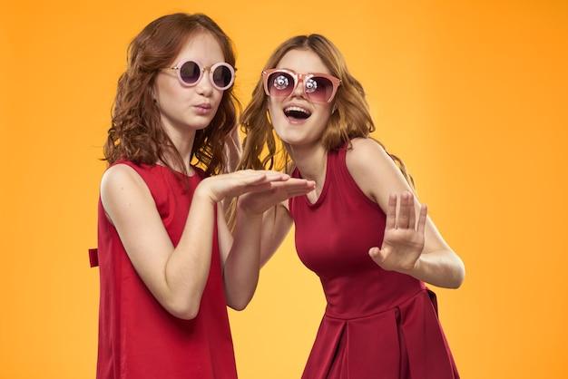 二人の姉妹と楽しいサングラスファッション友情黄色の家族