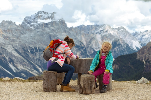 イタリア、ドロミテの山で2人の姉妹の女の子のハイカー。チンクエ・トッリ