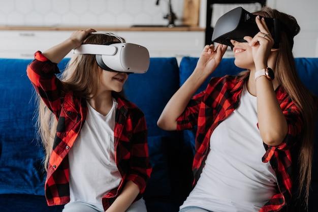 Две сестры развлекаются и играют в виртуальной реальности