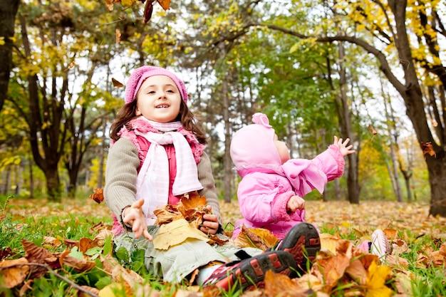 二人の姉妹が公園で遊んでいます。屋外ショット。