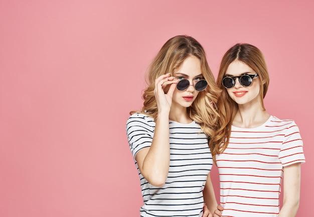 Две сестры стоят бок о бок студия моды образ жизни дружба