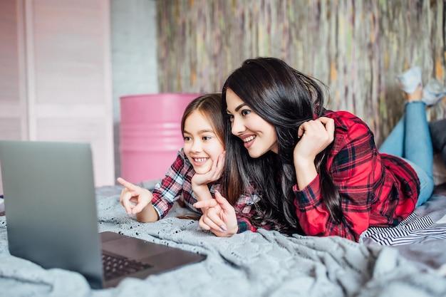 居間で映画を見ている2人の姉妹