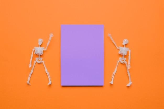 紫のハロウィーンの2つのスケルトン