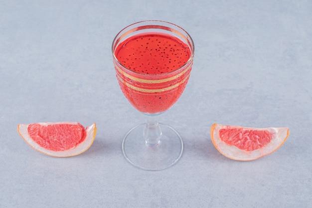 Два кусочка свежего грейпфрута и свежий коктейль