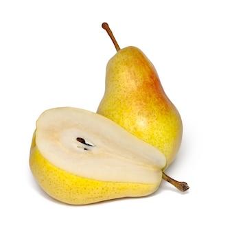 흰색 배경에 고립 된 두 슬라이스 익은 노란 배
