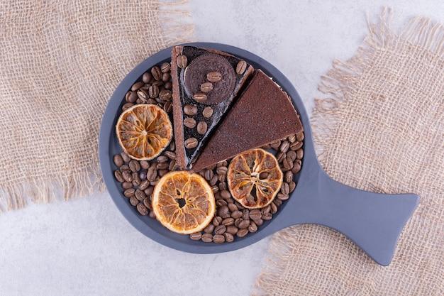 원두 커피와 오렌지 슬라이스 초콜릿 케이크 두 조각. 고품질 사진