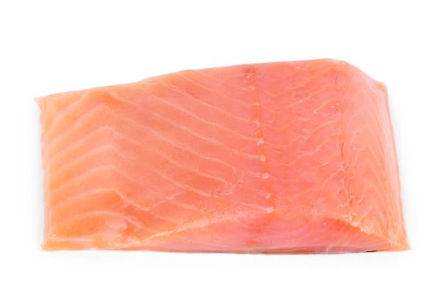 白い背景にローズマリーと赤い魚の2つのスライス。閉じる。白に