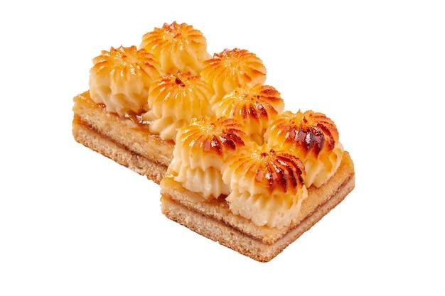 잼과 구운 커스터드를 곁들인 쇼트브레드 케이크 두 조각