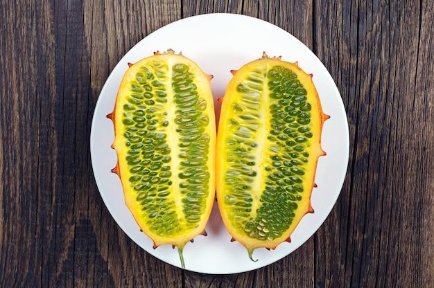 테이블에 하얀 접시에 열대 과일 키와노 두 조각