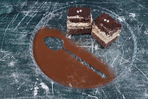 Due fette di tiramisù torte su sfondo blu. foto di alta qualità