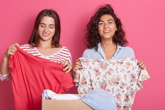 Две улыбающиеся девушки брюнетки в рубашках