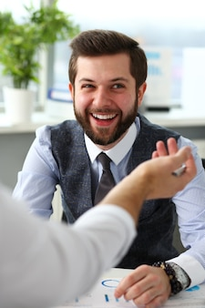 2人の笑顔の店員のビジネスマンがオフィスで問題について熟考します