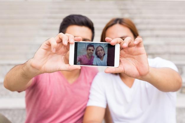 야외에서 selfie 사진을 복용 두 웃는 남자